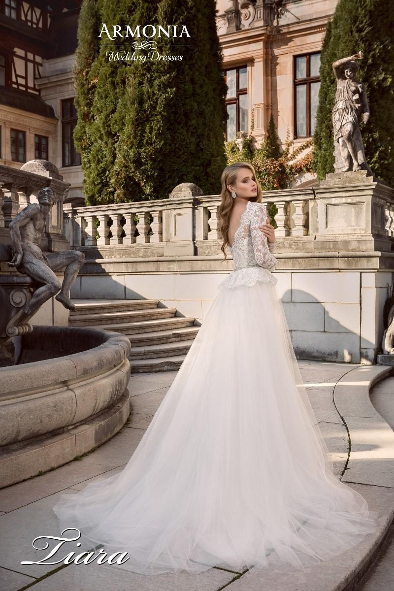 Свадебное платье с кружевным корсетом тиара