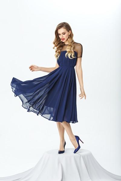 Коктейльное платье А-силуэта длиной ниже линии колена.