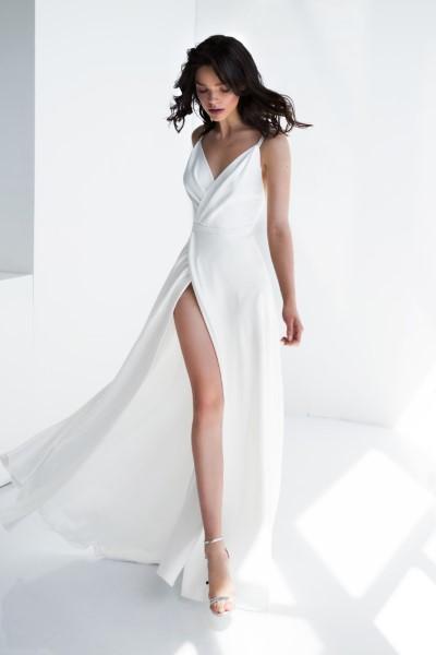 Шелковое платье с разрезом