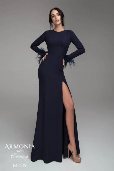 Эффектное и элегантное вечернее платье в пол с длинными рукавами и разрезом спереди.