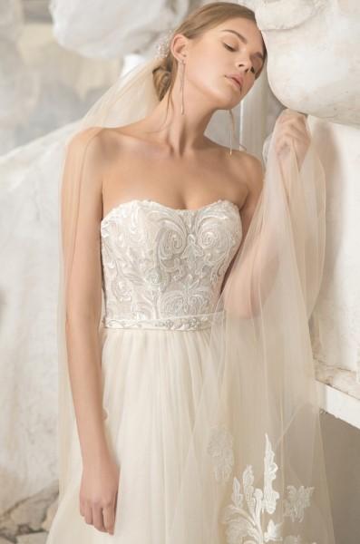 Свадебное платье с кружевным корсетом доли